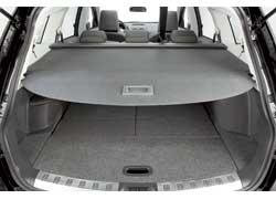 Багажник закрывается шторкой, которую можно спрятать в подпольный отсек. Его крышкой можно разделить хрупкий и тяжелый груз.