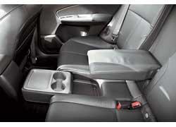Кроме стандартного подлокотника, у задних пассажиров есть откидные подстаканники и мини-столик.