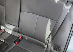Угол наклона спинок задних сидений можно менять, нажав кнопку.