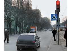 За проезд на запрещающий сигнал светофора нарушителей ожидает крупный штраф – 510–680 грн.