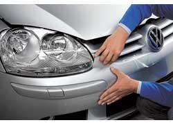 Камни, вылетающие из под колес и повреждающие лакокрасочное покрытие автомобиля, – явление для нас обычное. Компания Volkswagen предложила своему сервису прозрачную защитную пленку, которая наклеивается на любой фрагмент кузова автомобиля.