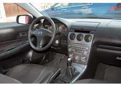 Удобный 3-спицевый руль, смещенный к водителю рычаг «ручника», круглые элементы щитка приборов и центральной консоли настраивают на динамичную езду. Пластик отделки качественный и даже со временем не создает лишних шумов.