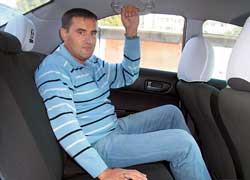 На галерке Mazda6 удобно даже высоким пассажирам – запас места над головой и между подушкой заднего дивана и передними креслами вполне достаточный.