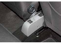 Расположение кнопок задних стеклоподъемников непривычное – на консоли между передними креслами.