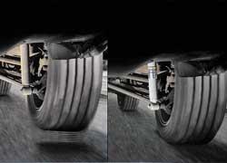 На неровностях или при неработающих амортизаторах (слева) быстродействия ABS не хватает для эффективного торможения.