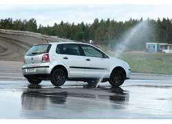 При торможении в повороте с заблокированными колесами (т. е. без АBS) машину просто сносит с дороги.