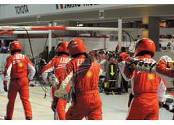 Первый пит-стоп надолго запомнится Фелипе Массе и миллионам болельщиков. Именно здесь «красные» упустили шансы на подиум и потеряли лидерство в Кубке конструкторов.