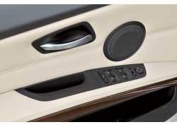 Блок управления стеклоподъемниками и зеркалами заднего вида в Е90 уже основательно прописался на водительской двери.