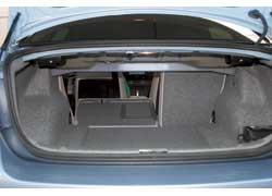 Чтобы сложить спинку заднего сиденья, достаточно прямо из багажника потянуть ручку.