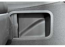 В трансмиссионном тоннеле со стороны пассажира – вместительная закрывающаяся ниша.