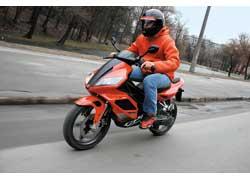 Согласно новым требованиям применять защитные мотошлемы должны не только водители и пассажиры мотоциклов,