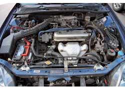133-сильный мотор 2,0 л (на фото) с МКП обеспечивает средненькую динамику – 9,2 с до «сотни», а вот 185-сильный 2,2 л VTEC куда резвее – 7,5 с.