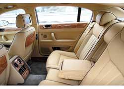 Bentley Continental Flying Spur может быть и 5-местным. Не хотел бы я сидеть на втором ряду посередине – лучше посадить сюда своего домашнего любимца.