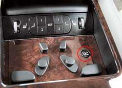 С заднего ряда можно регулировать положение не занятого пассажиром переднего сиденья, дабы получить больше пространства для ног.