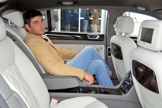 Подушки задних сидений сделали длиннее на 40 мм для обеспечения дополнительного комфорта и поддержки ног. Места на втором ряду с избытком. В 4-местной версии пассажиров разделяет длинная консоль.