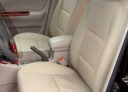 Спереди и сзади предусмотрены удобные центральные подлокотники. Оббитые кожзамом сиденья – прерогатива дорогой комплектации Impress.