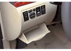 Довольно необычное решение – дополнительный бардачок со стороны водителя. Он подойдет для хранения очков или документов.