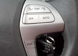 Оригинальное и нечасто встречающееся решение: регулировать температуру в салоне Camry водитель может, не снимая рук с руля. Для этого на правой спице предусмотрены специаль-