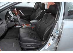 Сиденья в Camry более плоские, а опустить заднюю часть подушки, сев глубоко, как в Teana, нельзя. Зато поясничный подпор в Toyota регулируется при помощи электропривода.