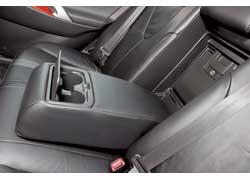 Задним пассажирам Toyota Camry предлагает довольствоваться широким подлокотником и двумя подстаканниками.