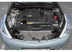 Тяжелый капот Nissan Teana надо подпирать. Доступ к оборудованию, размещенному спереди, легче. Двигатель развивает 249 л. с. и 326 Нм.