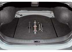 Объем багажника Teana – 488 литров. Доставать буксировочную петлю и домкрат легче – не надо откручивать крепеж и поднимать крышку.