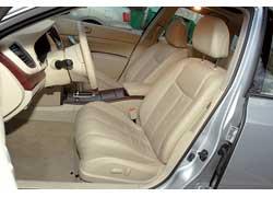 Водительское сиденье Nissan позволяет сесть глубже, чем в конкуренте.