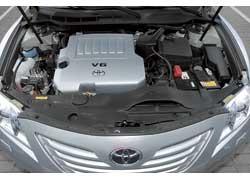 В Toyota Camry используются гидравлические амортизаторы капота. При равном объеме 3,5 литра мотор выдает 277 л. с. и 346 Нм.