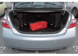 В версии Premium, в которой предлагается 3,5-литровая модификация, сложить задние сиденья, увеличив 504-литровый багажник, нельзя.