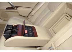 Teana позволяет и задним пассажирам управлять не только обогревом и вентиляцией сидений, но и климат-контролем, аудиосистемой, а также солнцезащитной шторкой.