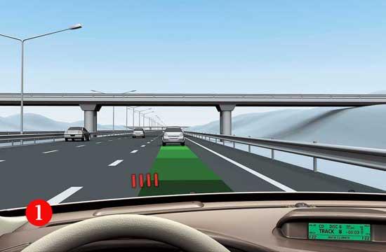 Если расстояние до ближайшего автомобиля стремительно уменьшается, перед лобовым стеклом Volvo XC60 загорается красный индикатор (1)