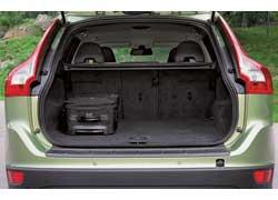 Багажник вместительный – около 500 л в походном состоянии, причем спинка заднего сиденья раскладывается на 3 части. Погрузочная высота из-за высокой посадки довольно большая – 80 см.