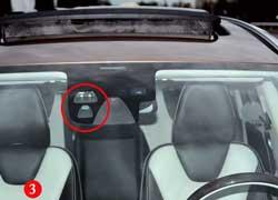 Система City Safety (2) получает информацию от лазера и считывающего устройства, которые расположены под лобовым стеклом (3).