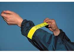 Браслеты на руку с фиксирующей пружиной можно надевать на одежду разной толщины.