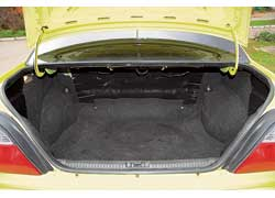 Багажник велик и по нынешним канонам, а спинка сиденья по-старомодному не складывается.