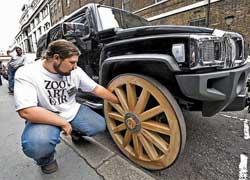 Hummer H3 с огромными деревянными колесами