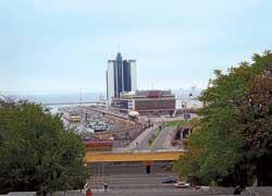 C Потемкинской лестницы открывается вид на морской вокзал.