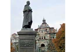 Памятник губернатору Михаилу Воронцову.
