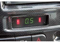 На панели проборов предусмотрен парктроник с цифровой индикацией расстояния до препятствия.