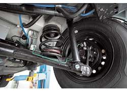 Несмотря на большие крены в поворотах, Daewoo Lanos быстрее опонентов, да и управляется понятнее всех. Как и у Aveo, здесь установлена мощная стальная защита двигателя.
