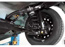 Подвеска Aveo в нашем тесте – самая энергоемкая. Но из-за большой податливости крены в поворотах велики. От дорожных сюрпризов мотор автомобиля убережет мощная защита картера двигателя, установленная на заводе.