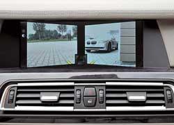 Камеры системы Side View в переднем бампере следят за поперечным потоком. По картинке на дисплее можно безопасно выезжать из-за углов и перестраиваться в пробках. Камера работает на малых скоростях, а потом отключается.