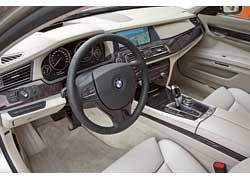 С нового рулевого колеса исчезли кнопки переключения передач. Контроллер системы iDrive, электронный селектор АКП, регуляторы климат-контроля и аудиосистемы можно заказать не из металла с гальваническим покрытием, а керамические.