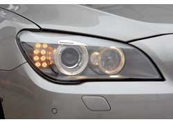 Фары могут «заглядывать» за поворот, корректировать высоту света в горах или туннелях, а также меняют дальность и интенсивность светового пучка в зависимости от скорости.
