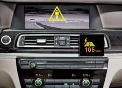 Система ночного видения распознает пешеходов и животных на расстоянии до 300 м. Выделяя людей, находящихся в опасном коридоре, она предупреждает водителя.