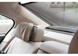 Пассажиры, сидящие сзади, могут спрятаться за шторками на всех стеклах (с электроприводом) и вздремнуть. Голова фиксируется подголовником (вручную).