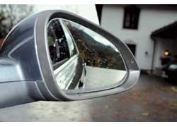 Покатая линия заднего стекла и красивые, но небольшие зеркала заднего вида играют не на руку обзорности.