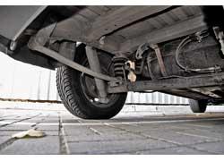 Сайлент-блоки передних рычагов могут «выходить» около 70 тыс. км, шаровые опоры, втулки переднего стабилизатора и опорные подушки передних стоек – почти 100 тыс. км. Все «расходники» меняются отдельно. Слабое место задней подвески – втулки стабилизатора: на наших дорогах их хватает на 40 тыс. км.