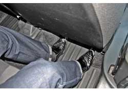 Претензии к эргономике задней части салона: сиденья установлены достаточно высоко, а площадка для ног заужена выступающими боковинами обшивки.