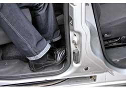 Высадка и посадка на галерку Doblo затрудняется небольшим проемом между подушкой заднего сиденья и средней стойкой кузова – о них часто цепляешься ногой.